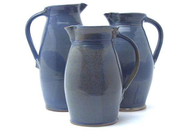 Drei große Krüge der hellblauen Serie aus der Töpferei Kurig